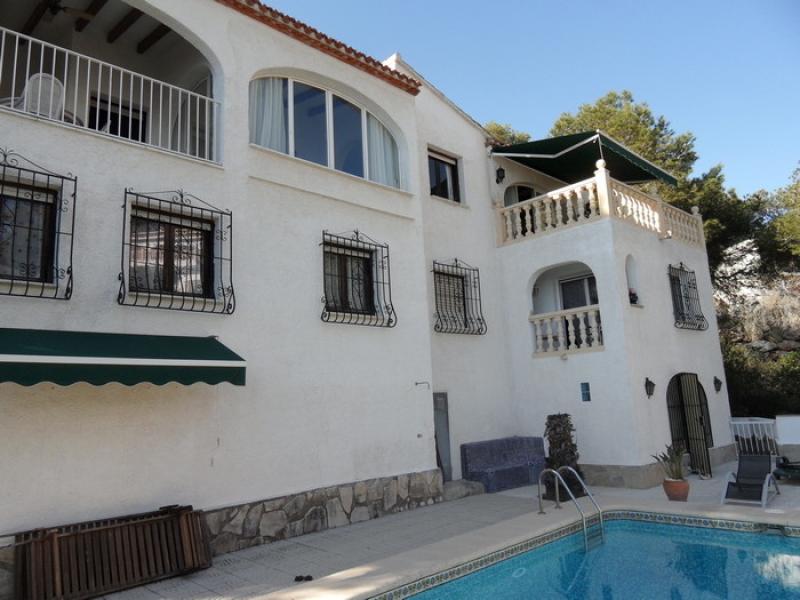 Une villa de charme avec piscine, salon extérieur et coin barbecue